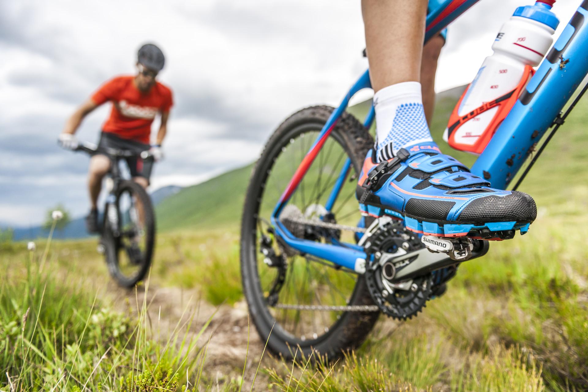 Zwei Mountainbike Fahrer Nahaufnahme