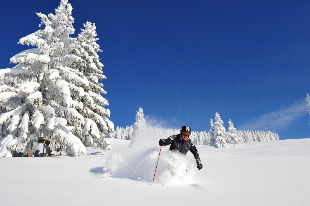 Skifahrer Tiefschnee